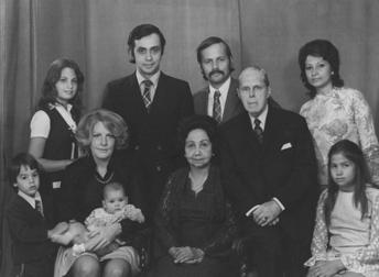 Familiefoto 1974. Mary Brückel-Beiten temidden van  haar echtgenoot, zoons, schoondochters en kleinkinderen. Foto: privé-collectie familie BrückeL.
