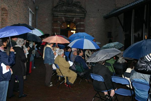 14 augustus 2006. Eerste herdenking Indische gevallenen goed bezocht ondanks de regen Foto: H. de la Croix