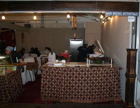 Pasar Malam 2008: 50e editie. In de eetwijk: de Mary Brückel-Beitenstraat Foto: H. de la Croix
