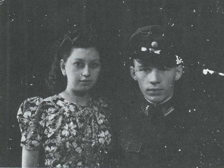 Sergeant J. Klinkhamer met verloofde in mei 1941. Bron foto: Michiel Hegener, Guerrilla in Mori. Het verzet tegen de Japanners op  Midden-Celebes in de tweede wereldoorlog, Amsterdam 1990