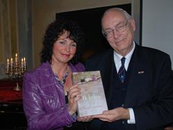 Elise Lengkeek en dr. Herman Bussemaker, die het eerste exemplaar van 'Ik beken' in ontvangst nam.