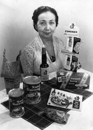 Mary Brückel-Beiten met promotiemateriaal van Conimex.  Foto: privécollectie familie Brückel.