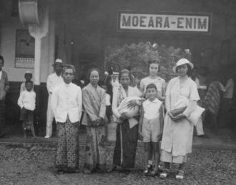 Sumatra 1935: station Moeara-Enim. Geheel rechts: Mary Brückel- Beiten, naast haar dochters Dee en Maud. In het midden baboe Stientje met baby Wim. Foto: privé-collectie familie Brückel.