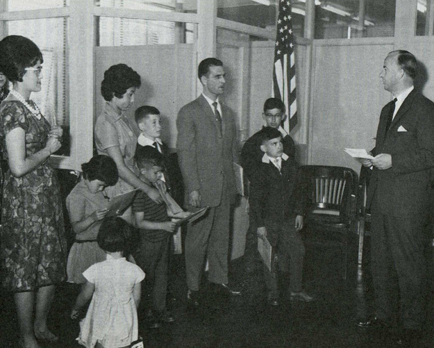 Indische immigranten ontvangen hun visa: resultaat van de Pastore-Walter Act Bron: foto-archief Nederlandse Emigratiedienst, Den Haag