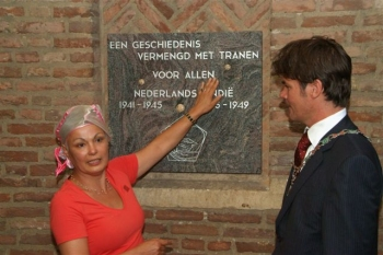 14 augustus 2007. Maakster Joyce Bloem geeft uitleg over haar gedenksteen. Naast haar loco-burgemeester Paul Depla. Foto: H. Baron
