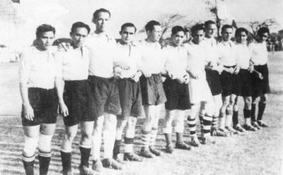 Vijfde van links: Piet Knape in het voetbalteam van BVC (Batavia)   Bron foto: privécollectie mevrouw V. Knape-Elisha