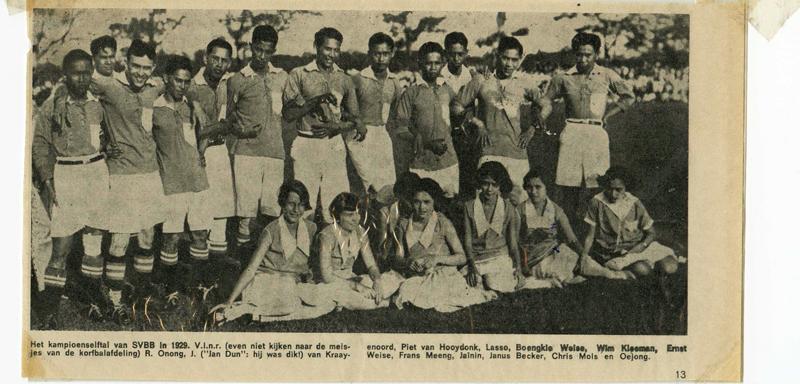 Kampioenselftal SVBB (Batavia) 1929. Precies in het midden (6e): Frans Meeng  Foto: privé collectie Eddy Meeng