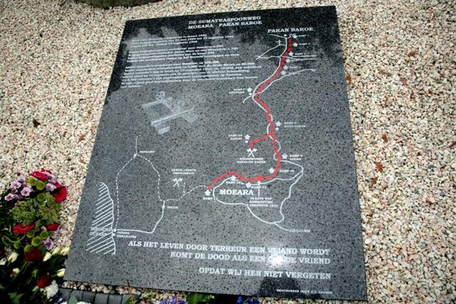 Plaquette ter nagedachtenis van de gevallenen van Pakan Baroe spoorweg op het terrein van Militair Tehuis Bronbeek, Arnhem. Bron foto: website Stichting Herdenking Birma-Siam Spoorweg en Pakan Baroe Spoorweg(SHBSS)