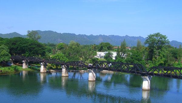 De brug over de Khwae Yai nabij Kanchanaburi. Een aantal van de originele boogbruggen is in 1945 door een geallieerd bombardement verwoest en na de oorlog vervangen door de hoekige overspanningen. De bogen waren oorspronkelijk door de Japanners vanuit Oost-Java naar Thailand overgebracht. Na de oorlog is de brug hersteld en weer in gebruik genomen.  De brug is ook een herdenkingsmonument en trekt veel bezoekers, die ook naar de begraafplaats gaan.
