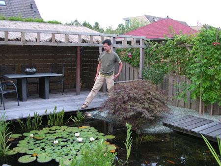 Robin Kayser in de tuin van zijn woning in Nijmgen: Indisch geïnspireerd
