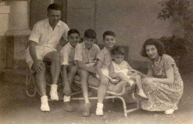 Het gezin Knape-Elisha rond 1950: v.l.n.r. Piet Knape, zoon Frans Hartgers, neef Boudewijn, zoon Herman Hartgers, zoon Pieter Knape en Varsenike Knape-Elisha Bron foto: privécollectie mevrouw V. Knape-Elisha