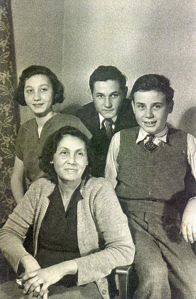 De oma van Ron Temple met haar kinderen