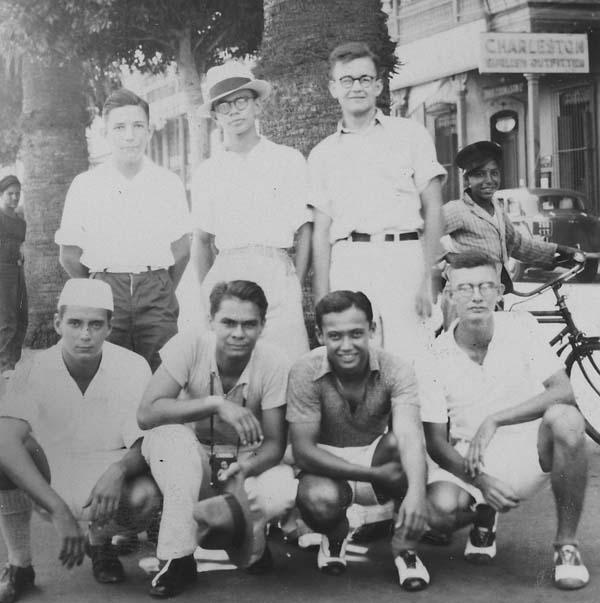 Batavia 1937: de geselecteerde jongens die indologie mogen gaan studeren vlak vóór vertrek naar Nederland Jack Hompe: gehurkt geheel links met hoofddeksel  Bron foto: privécollectie familie Hompe