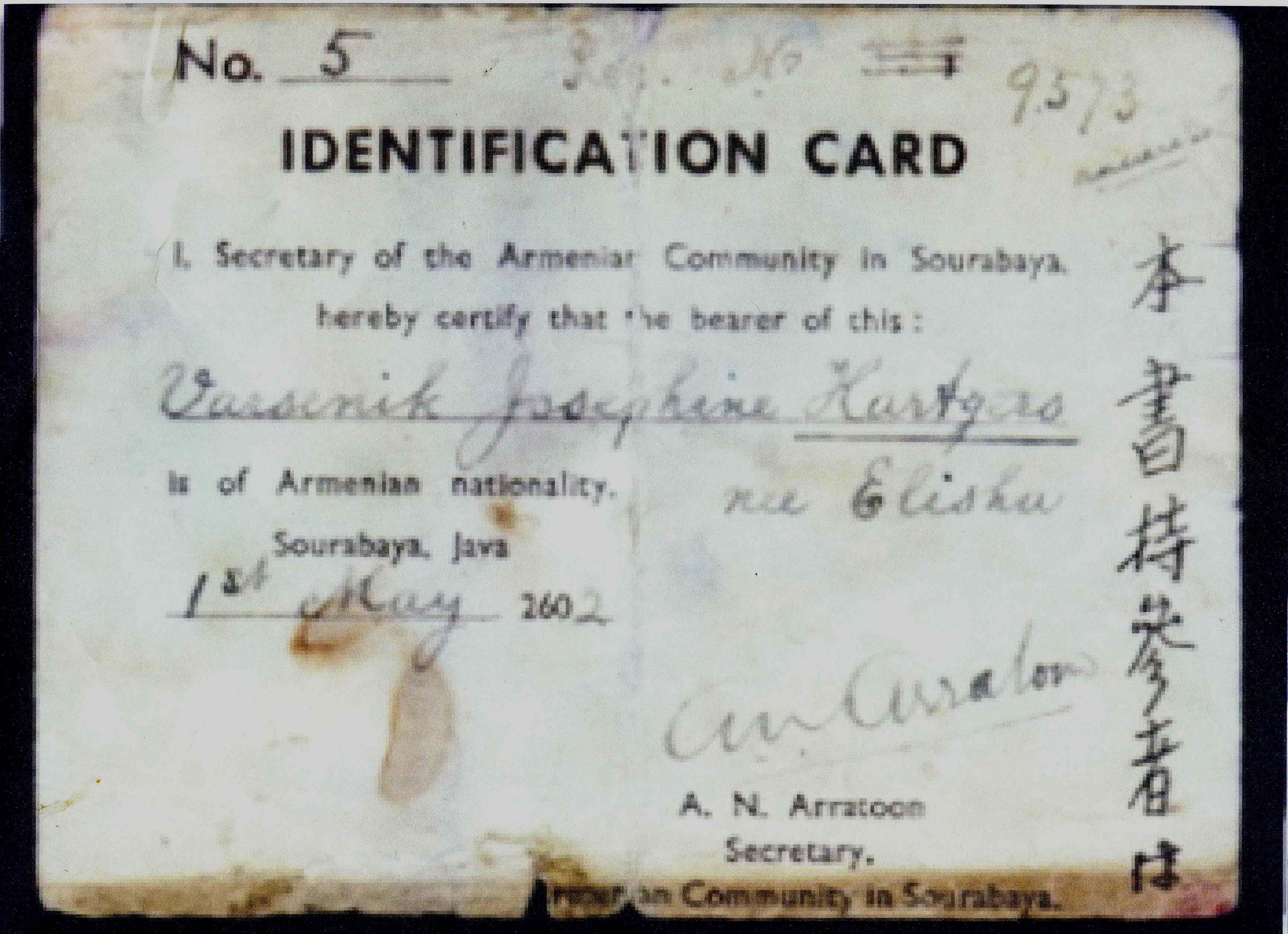 Identiteitsbewijs verstrekt door de Secretaris van de Armeense gemeenschap in Soerabaja, dr A. N. Arratoon Hiermee wist Varsenike Hartgers-Elisha buiten het kamp te blijven en later uit de gevangenis