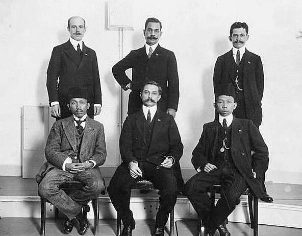 De verbannen leiders van de Indische Partij in Nederland samen Zittend van links naar rechts: Tjipto Mangoenkoesoemo, Ernest Douwes Dekker en Soewardi Soerjangingrat