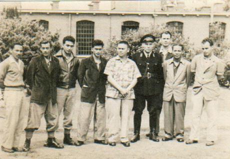 Kamp De Kruisberg Doetinchem 1958 Tweede van rechts: George de Fretes, achter hem: Piet Wawenkau. Links van de bewaker: Brazeros. Bewaker: uit Limburg afkomstig. Foto: gescand uit privécollectie Oscar de la Croix