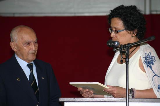 Bronbeek 21 augustus 2010: Monique Kreefft overhandigt het eerste exemplaar aan Felix Bakker  Foto: Humphrey de la Croix