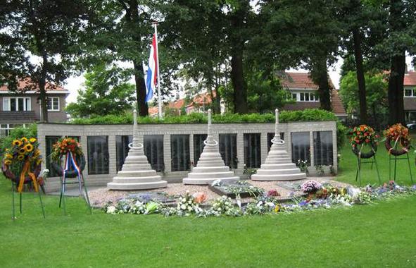 Monument voor de gevallenen van de Birma-Siam en Pakan Baroe spoorweg op het terrein van Militair Tehuis Bronbeek te Arnhem. Vóór de herdenkingswand de drie pagodes als verwijzing naar de gelijknamige bergpas op de grens van Birma en Thailand Bron foto: website Stichting Herdenking Birma-Siam Spoorweg en Pakan Baroe Spoorweg(SHBSS)