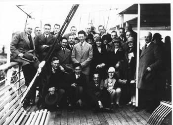 Piet Knape (staand midden met licht pak): naar Indië (rond 1928) Bron foto: privécollectie mevrouw V. Knape-Elisha