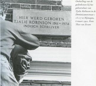 Onthulling plaquette op geboortehuis Tjalie Robinson, 6 maart 1992  Foto: Theo van Zwam In: Bandoeng aan de Waal, p. 19 (Pieke Hooghoff 2000)
