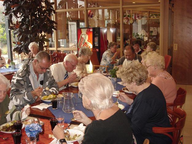 Genieten van de oude dag met gelijkgestemden. Indische ouderen in Huize Raffy in Breda: genietend van hun 'verwendag' Bron foto: website Huize Raffy