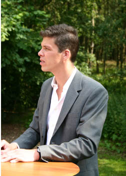 Raoul Kramer signeert zijn boek 'Lost Track'