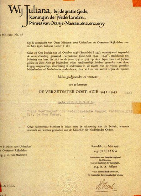 Besluit Koningin Juliana toekennen Verzetsster Oost-Azië aan G.A. Schotel  Bron foto: persoonlijke collectie Erven G.A. Schotel