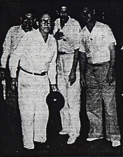 Afscheid van Pa Snijders, DMS Kegelclub, Soerabaja 1951  Bron: Vrije Pers, 27-1-1951