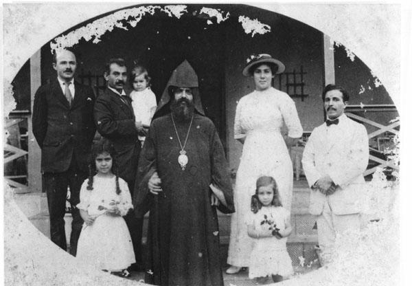 De Armeense bisschop Thorgom Goesjakian op rondreis en op bezoek bij de familie Elisha (rond 1919)  Bron foto: privécollectie mevrouw V. Knape-Elisha