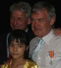 19 januari 2010: Ridder in de Orde van Oranje Nassau Rod Beattie Foto: een van zijn drie dochters en de Nederlandse ambassadeur Bron foto: Oorlogsgravenstichting. Zie ook: www.ogs.nl