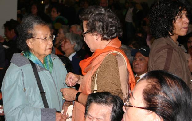 De kracht van direct contact: Indische bezoekers van een kumpulan halen herinneringen op, eten samen, beleven muziek  Foto: Humphrey de la Croix