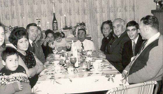 Thuis bij Pap en Mam aan tafel: het was er altijd feest! v.l.n.r.: Arthur, deel gezicht mevr. Berghuis, Maudy, Daan, Grietje, mijn moeder met Anne-Marie op schoot, mijn vader, mijn oma, oom Titi, Roy, dhr.Berghuis. Foto genomen door Max Angenent