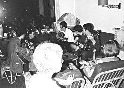Foto: familie Calbo musiceert (jaren '60) Bron: privécollectie R. Calbo