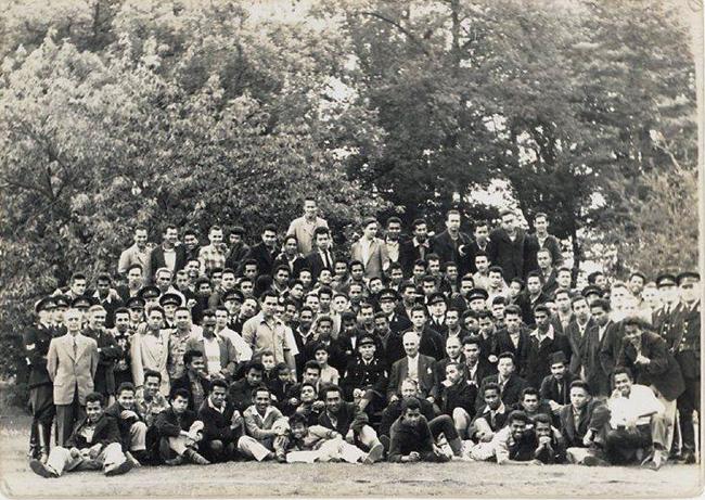 De Kruisberg Doetinchem medio 1958. Groepsfoto van alle verstekelingen samen met personeel  Bron: Moluks Historisch Museum