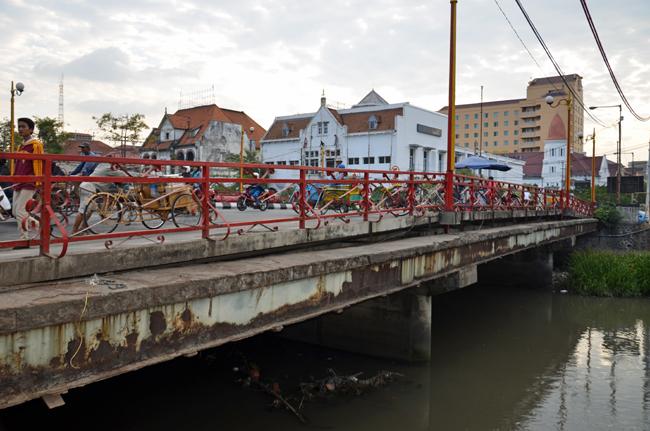 De Rode Brug (Jembatan Merah) in 2012 waar in oktober 1945 veel bloed vloeide in de strijd om de stad  Foto: H. de la Croix, 2012