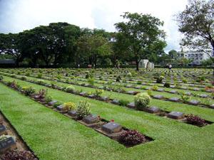 Kanchanaburi War Cemetery: er liggen 6982 geallieerde krijgsgevangenen begraven die hebben gewerkt aan de Birma-Siam spoorlijn. Het merendeel is van Britse afkomst, maar er liggen ook Nederlanders begraven