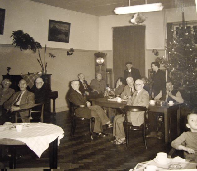 Kerstviering in Huize Insulinde, omstreeks 1959.  Bron: fotocollectie De Santy