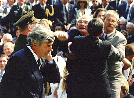 15 augustus 1991: minister-president Lubbers wordt bekogeld met een ei bij de dodenherdenking bij  het Indisch Monument, wegens het staatsbezoek van de Japanse premier Kaifu  Foto: ANP en op website www.oorlogsgetroffenen.nl