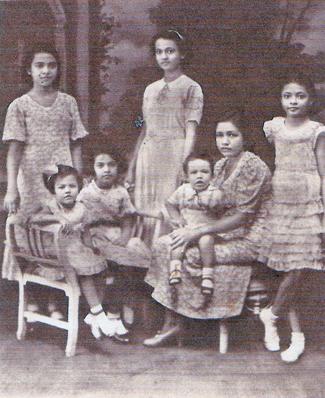 Links: moeder Anna Jacobs met al haar zes kinderen.  Foto: privécollectie Edward Jacobs