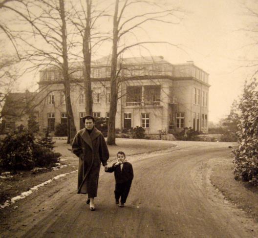 Mevrouw de Santy met haar moeder in het park van Insulinde, halverwege de jaren 50. Bron: fotocollectie De Santy