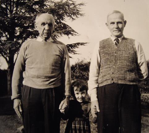 Mevrouw de Santy tussen twee bewoners van Huize Insulinde, omstreeks 1957.  Bron: fotocollectie De Santy