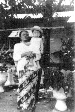 Baby Edward met zijn Javaanse oma van vader's kant  Foto: privécollectie Edward Jacobs
