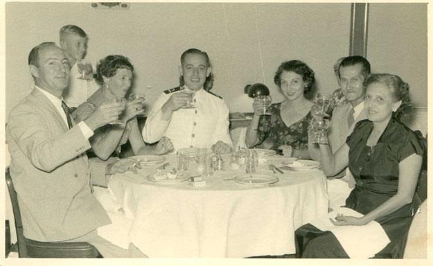 Varsenike Knape-Elisha als gast van de kapitein (rechts van hem) van de Sibayak tijdens de reis naar Nederland in 1957 Bron foto: privécollectie mevrouw V. Knape-Elisha