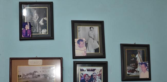 """Eddy Samson Indische Nederlander: portretten van """"zijn"""" drie koninginnen thuis aan de muur Foto: H. de la Croix, 2012"""
