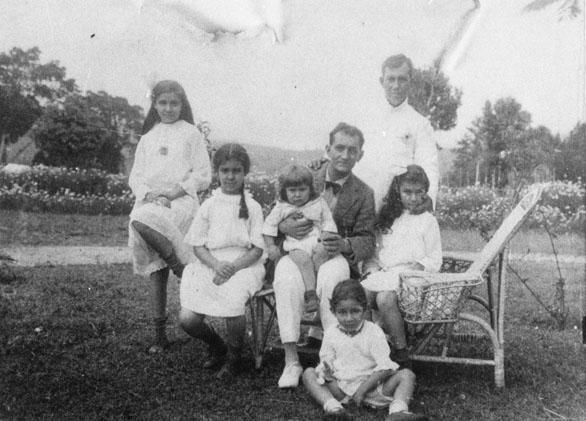 Varsenike Elisah helemaal vooraan zittend, daaromheen haar zusters en 2 neven Weskin, Bandung circa 1920 Foto gemaakt door vader Alex Elisha  Bron foto: privécollectie mevrouw V. Knape-Elisha