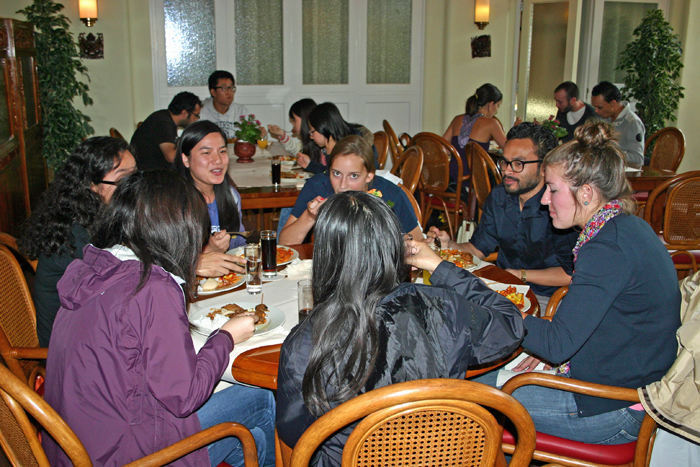 Students hving discussions with Armando Ello while enjoying their Indische lunch