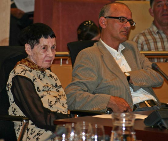 Indische schrijfster Paula Gomes was in 2007 eregast van de herdenking. Hier zit ze in de raadzaal naast PION-bestuurslid en voorzitter van Stichting SARI Peter van Riel