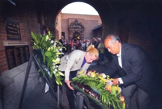 Herdenking 2010: bestuurslid Humphrey de la Croix van Stichting SARI legt een krans tijdens de ceremonie in de Gedeputeerdenplaats van het historische stadhuis van Nijmegen. Bron foto: De Gelderlander