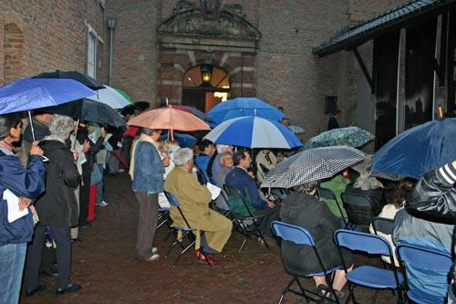 De regen dreigde een spelbreker te worden van de eerste herdenking in 2006. Het werd alleen maar beter: voortaan begonnen de herdenkingen in de raadzaal, het kloppend hart van de lokale democratie
