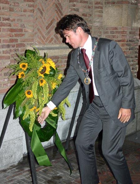 Loco-burgemeester legt de eerste krans tijdens de eerste Nijmeegse Indische herdenking in 2006